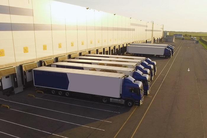 camions stationnés sur un entrepot