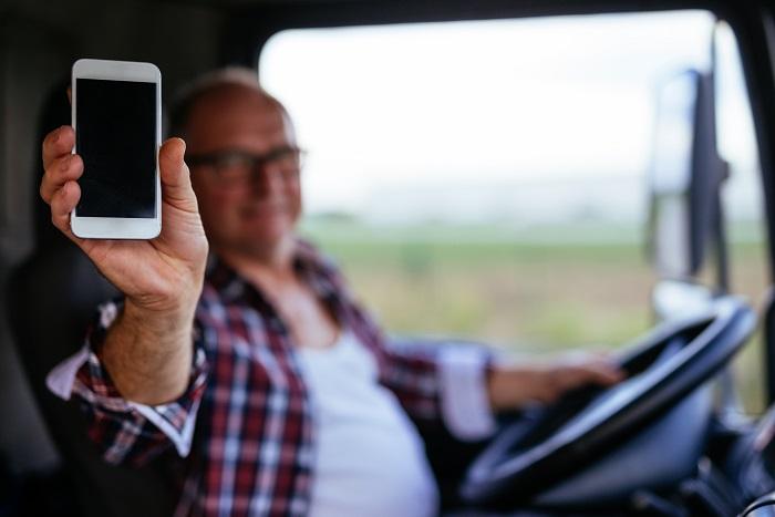 routier avec un smartphone
